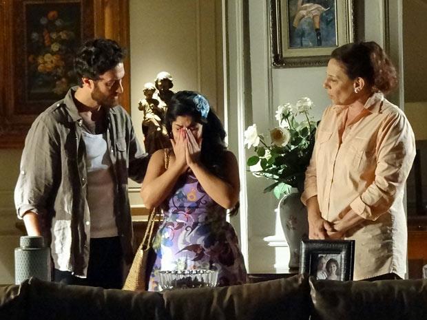Gracinha chora muito ao chegar em casa (Foto: Amor Eterno Amor/TV Globo)
