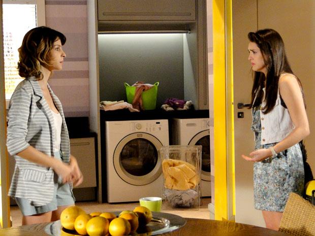 Isadora nem sonhava que tinha sido flagrada por Cida (Foto: Cheias de Charme / TV Globo)