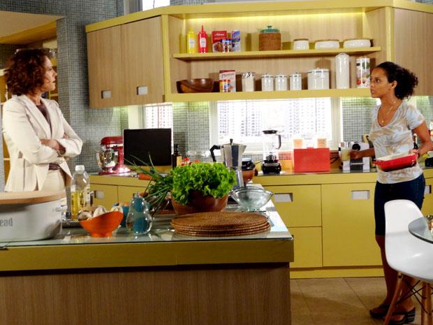 Lygia fica possessa com a decisão de Penha de ir embora (Foto: Cheias de Charme / TV Globo)