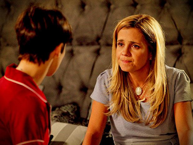Sem imaginar que ela é a Rita, Carminha conta para Nina do romance de Jorginho com a enteada (Foto: Avenida Brasil/ TV Globo)
