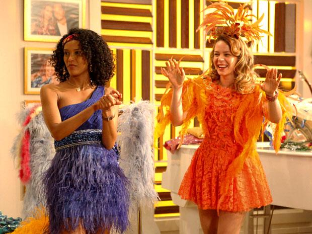 Rosário e Penha fazem a festa no closet de Chayene (Foto: Cheias de Charme / TV Globo)