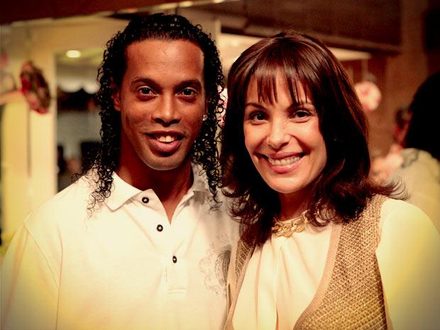 Ronaldinho Gaúcho e Carolina Ferraz (Foto: Avenida Brasil/ TV Globo)