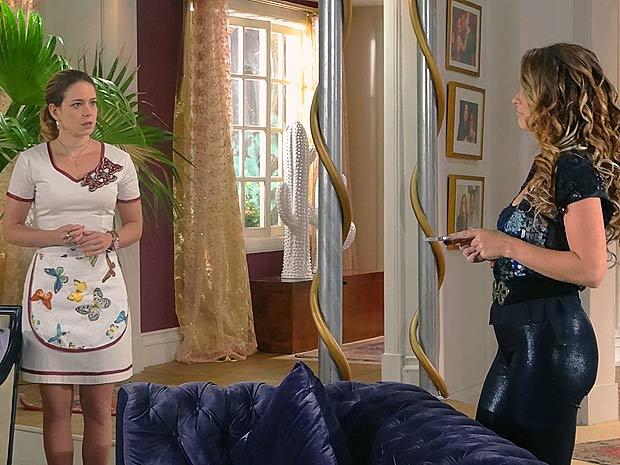 Sem saída, Rosário acaba vendendo seu dueto (Foto: Cheias de Charme / TV Globo)