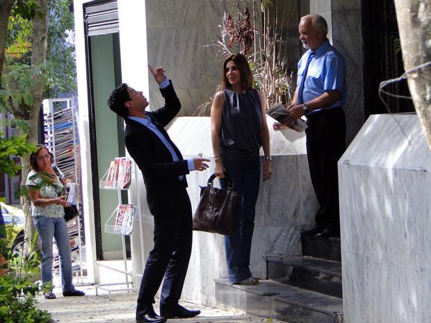 Vittinho leva Carmem ao apartamento para comprar. betão espia de longe (Foto: Malhação / TV Globo)