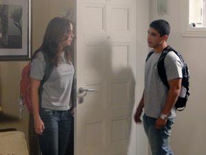 Débora expulsa o rapaz de sua casa (Foto: Malhação / TV Globo)