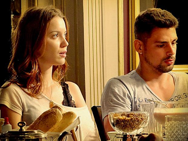 Constrangimento! Débora e Jorginho ficam cara a cara com Nina (Foto: Avenida Brasil/ TV Globo)