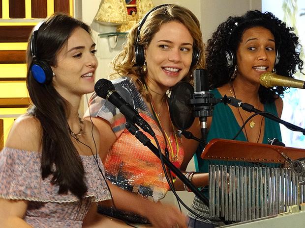 Cida e Penha cantam com Rosário no estúdio de Chayene (Foto: Cheias de Charme/TV Globo)