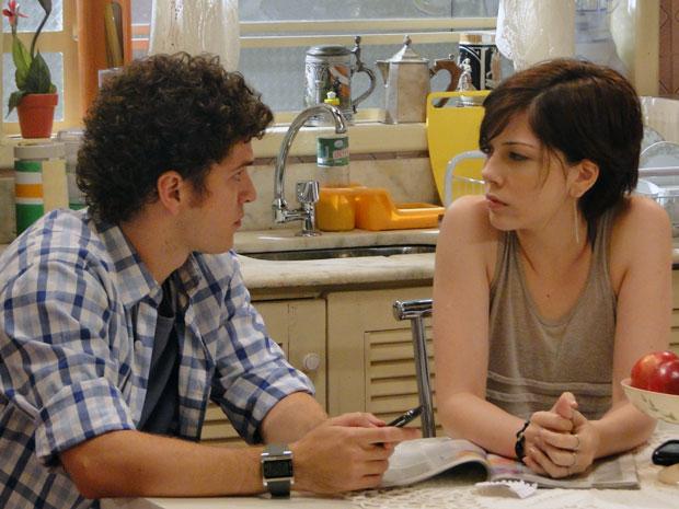 Após ligar para 'suposta' clínica, Gabriel e Alexia decidem investigar (Foto: Malhação / TV Globo)