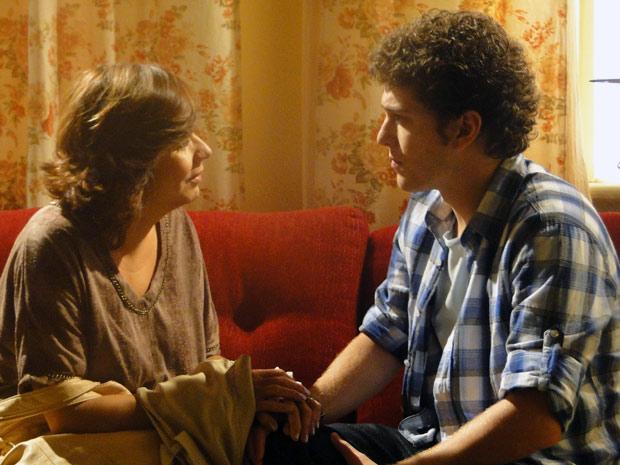 Ela implora que Gabriel fique com Cristal e diz que está nas mãos dele a felicidade da família (Foto: Malhação / TV Globo)
