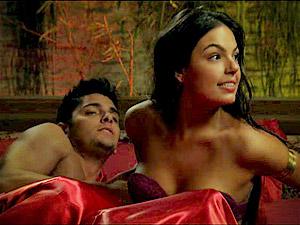 Mas encontra Suelen na cama com Iran (Foto: Avenida Brasil/ TV Globo)