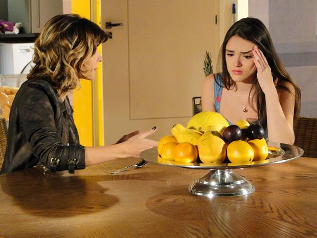 Isadora finge consolar Cida depois de passar a noite com Conrado (Foto: Cheias de Charme/TV Globo)
