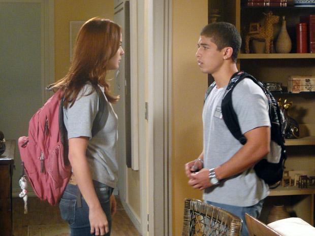 Jefferson procura Débora em sua casa, mas a menina fica furiosa (Foto: Malhação / TV Globo)