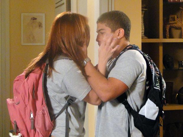 Jeffinho tenta beijá-la, mas ela o empurra (Foto: Malhação / TV Globo)