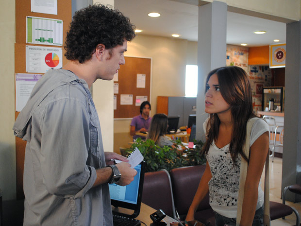 Natália procura Gabriel e diz que Cristal pretende doar o filho (Foto: Malhação / TV Globo)