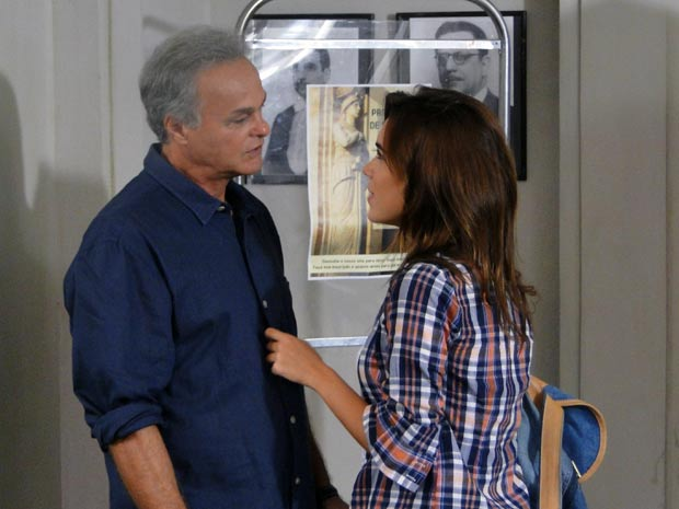 Nelson conta a Natália que assinou o divórcio (Foto: Malhação / TV Globo)