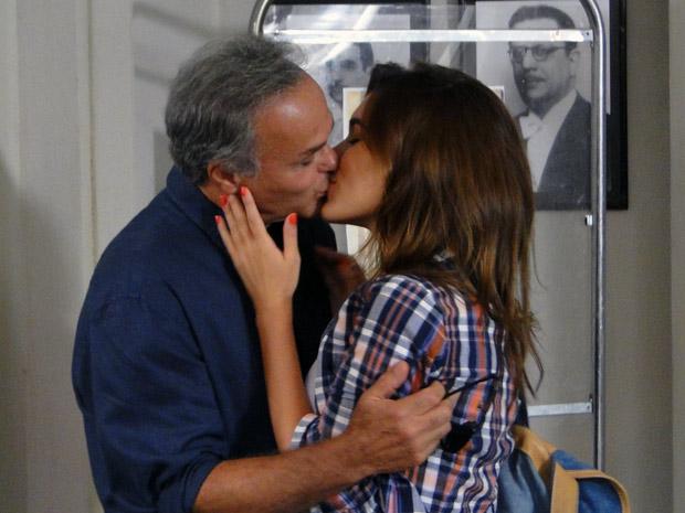 Feliz, os dois se beijam apaixonados (Foto: Malhação / TV Globo)