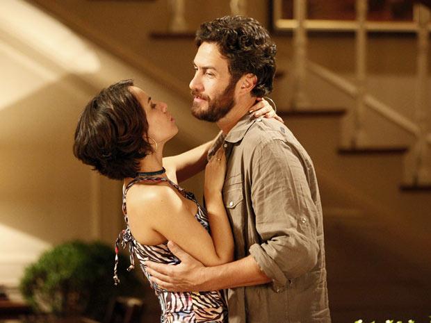 Valéria agarra Rodrigo ao vê-lo, mas ele se desvencilha (Foto: Amor Eterno Amor/TV Globo)