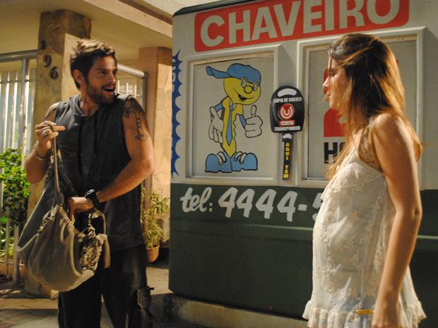Moisés tenta encontrar o gravador (Foto: Malhação / TV Globo)