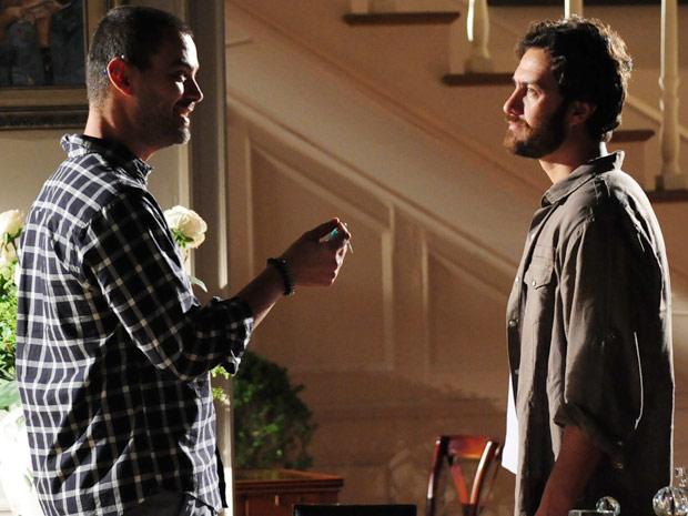 Fernando provoca Rodrigo ao devolver as chaves do apartamento que Verbena lhe deu (Foto: Amor Eterno Amor / TV Globo)