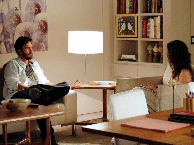 Beatriz conversa com Rodrigo durante consulta (Foto: Amor Eterno Amor / TV Globo)