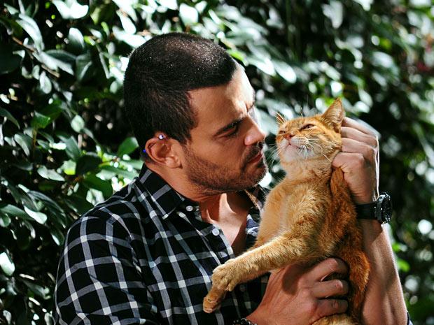 Fernando pensa em matar o gatinho (Foto: Amor Eterno Amor/TV Globo)