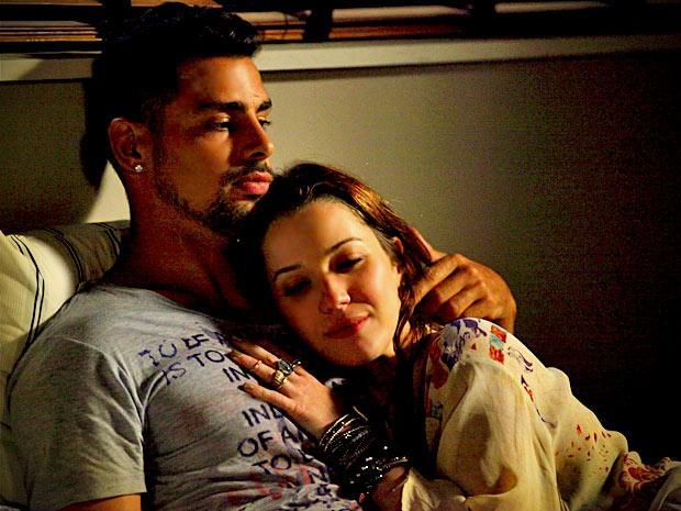 Percebendo a angústia de Jorginho, Débora se oferece para ajudá-lo a descobrir quem são seus pais biológicos (Foto: Avenida Brasil/ TV Globo)