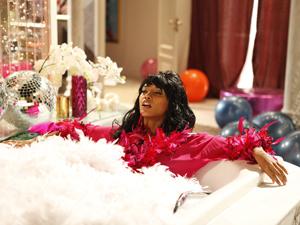 Penha vive momento de luxo na banheira (Foto: Cheias de Charme / TV Globo)