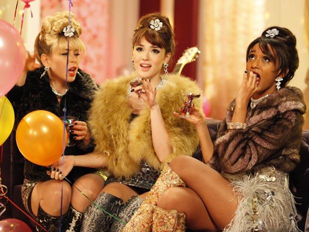 Dia de madame! É hora de fazer a fina para o videoclipe (Foto: Cheias de Charme / TV Globo)