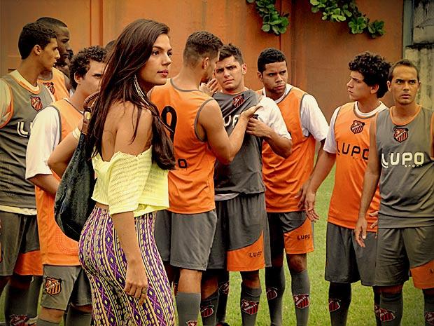 Suelen se mete no meio da briga e assume a culpa por tudo (Foto: Avenida Brasil/ TV Globo)