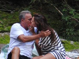 Os dois se beijam e Nat diz que vai pensar (Foto: Malhação / Tv Globo)