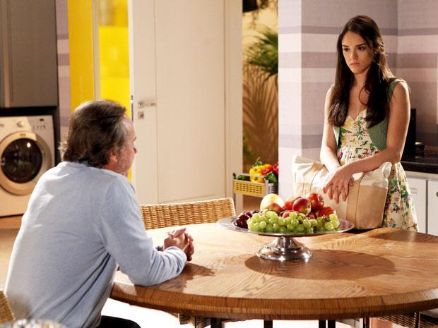 Desconfiada, Cida ouve proposta de Sarmento (Foto: Cheias de Charme / TV Globo)