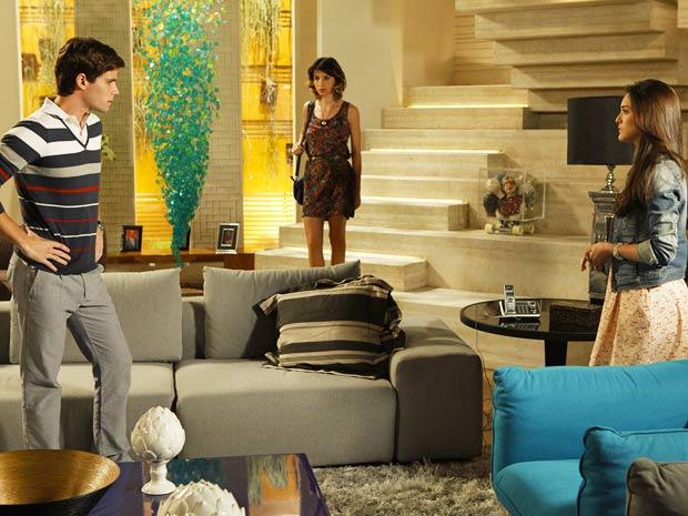 Tudo em vão! Cida tenta, mas Conrado ignora o que ela diz sobre Isadora (Foto: Cheias de Charme / TV Globo)