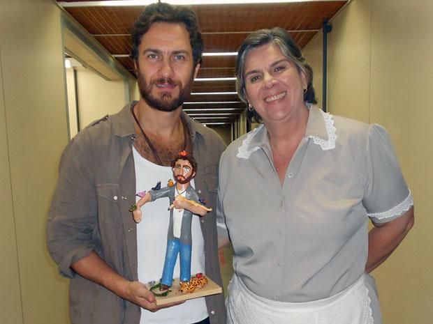 Gabriel recebe de Nica boneco igual ao seu personagem (Foto: Amor Eterno Amor/ TV Globo)