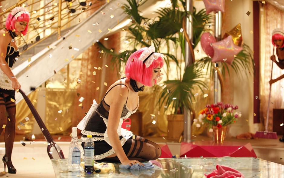 Cida mostra todo o glamour de passar um pano no chão. A gata se revela e arrasa no videoclipe