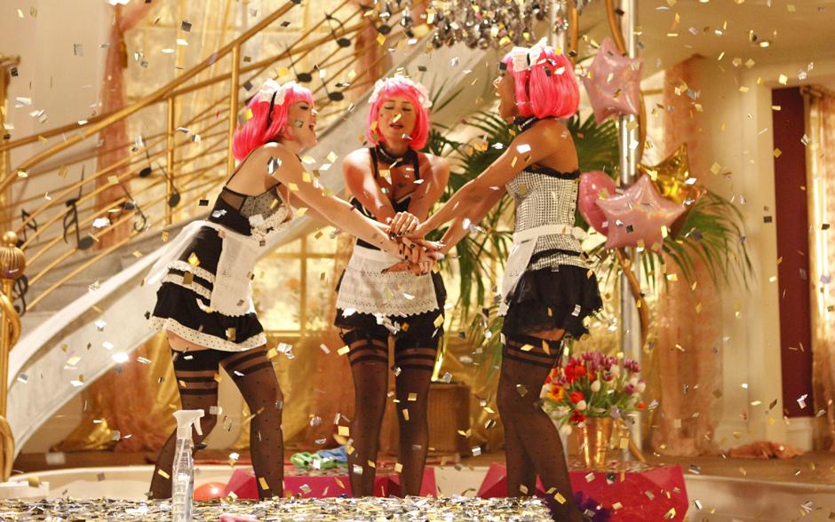 As três empreguetes fazem uma farra na casa de Chayene para gravar o videoclipe da música feita por Rosário