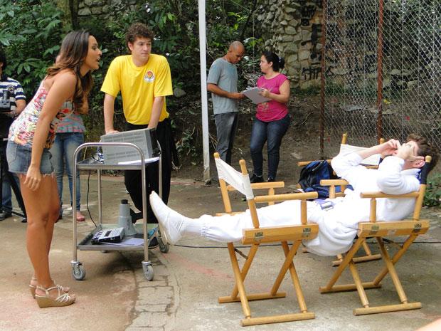 Timtim pergunta se Kiko não fala mais com ela e o astro é seco (Foto: Malhação / Tv Globo)