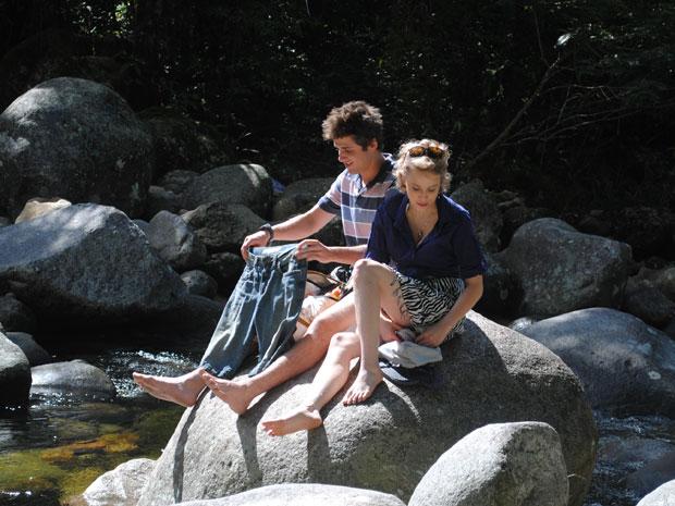 O casal volta a cachoeira e se beijam muito