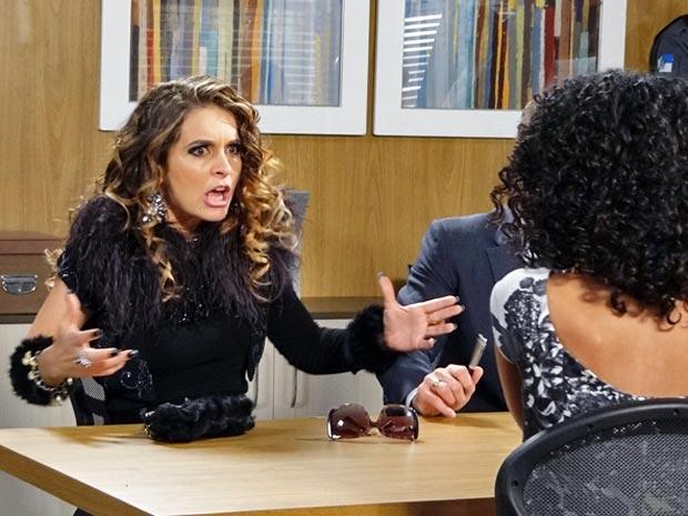 Chayene não segura a fúria ao ouvir que foi condenada (Foto: Cheias de Charme / TV Globo)