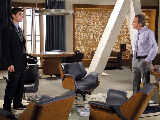 Jogo de interesses: Conrado se alia ao poderoso advogado (Foto: Cheias de Charme / TV Globo)
