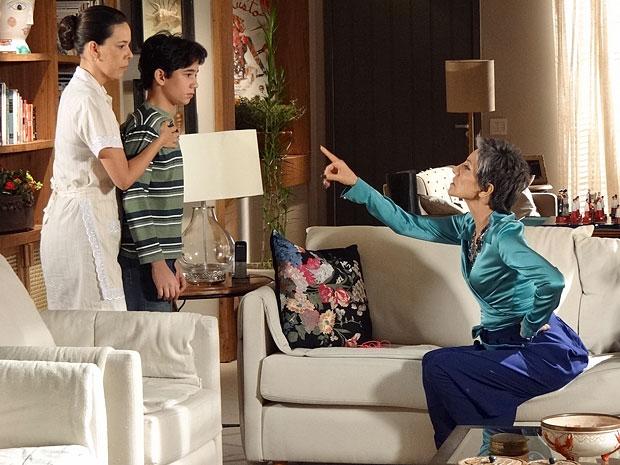 Júnior não gosta do jeito como Melissa trata Divina (Foto: Amor Eterno Amor/TV Globo)