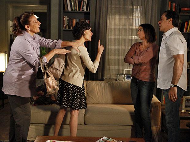 Marlene e Gilda ficam nervosas ao saberem do assalto e quase brigam (Foto: Amor Eterno Amor/TV Globo)