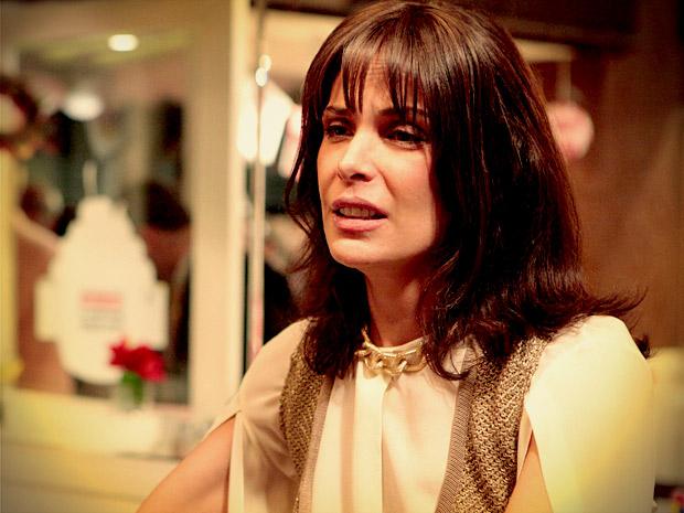 Ela fica arrasada com fracasso da inauguração (Foto: Avenida Brasil/ TV Globo)