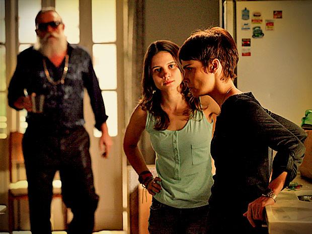 Nina fica receosa de que seu segredo esteja em risco (Foto: Avenida Brasil/ TV Globo)