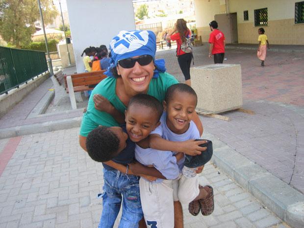 Felipe Haiut no seu trabalho voluntário com crianças etíopes (Foto: Malhação / Tv Globo)