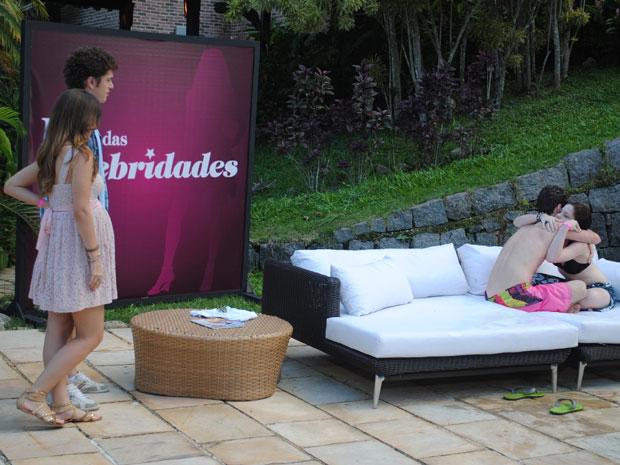 Gabriel chega com Cristal e flagra Alexia abraçada com Kiko (Foto: Malhação / Tv Globo)