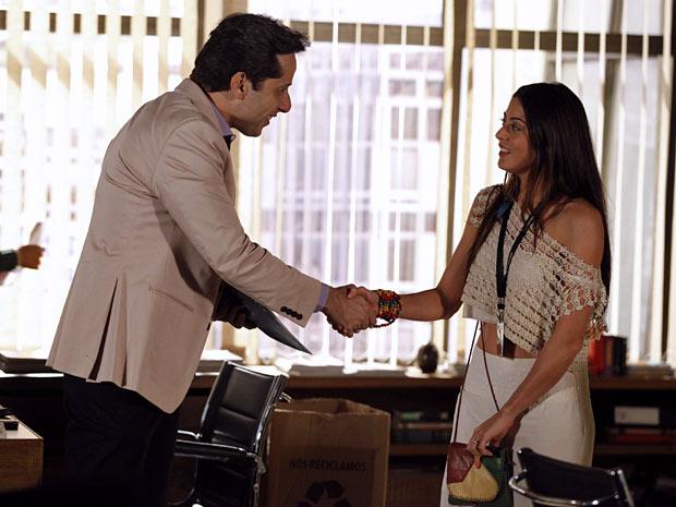 Gil fica completamente encantado por Jacira (Foto: Amor Eterno Amor/TV Globo)