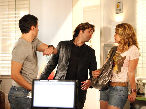 Inácio parte para cima de Tom Bastos (Foto: Cheias de Charme/TV Globo)