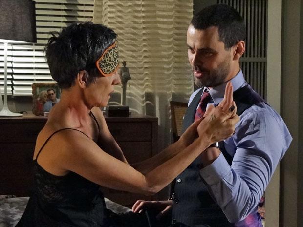 Melissa descobre 'M' tatuado na palma da mão de Fernando (Foto: Amor Eterno Amor/ TV Globo)