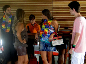 Kiko vê Maria e Luana conversando (Foto: Malhação / Tv Globo)