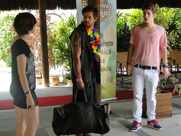 Alexia chega e fala para Moisés sair do pé de Kiko (Foto: Malhação / Tv Globo)